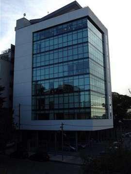 Semipiso de 200 m2. Edificio en torre. En esquina. En planta libre. 2 despachos. Al frente.2 co...